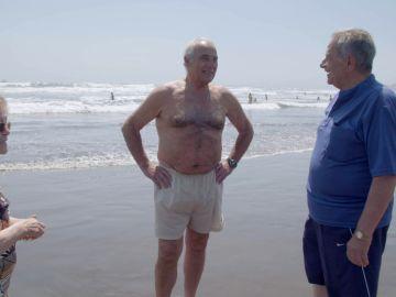 Antonio, el más valiente en la jornada playera de los viajeros al bañarse en las aguas del Pacífico chileno