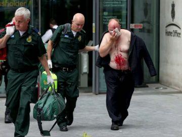 Apuñalan a un hombre cerca de oficinas del gobierno británico