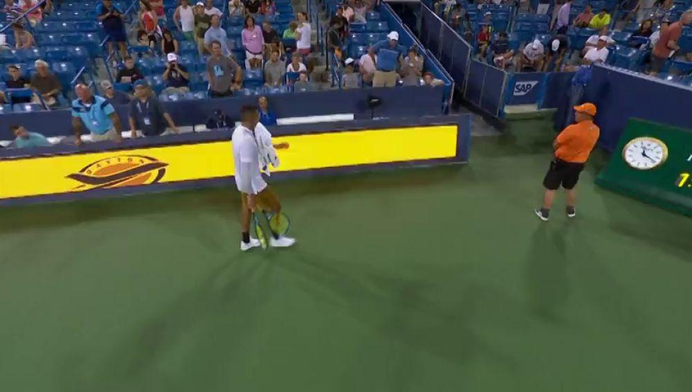 Kyrgios vuelve a perder los papeles: rompe dos raquetas y escupe al juez de silla