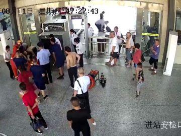 Rescatan a un niño que se había quedado atrapado en la cinta de seguridad
