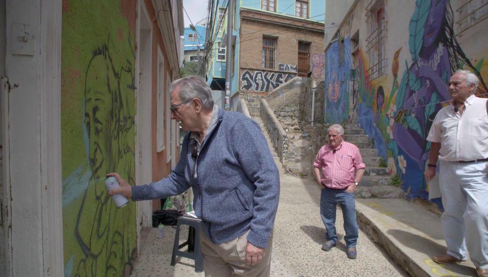 'Grafiteros' a los 80: así se sumergen los viajeros en el arte urbano de Valparaíso