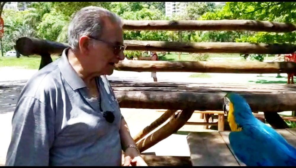 Francisco con loros en 'Por el mundo a los 80'