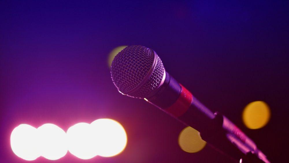 Imagen de un micrófono en un karaoke