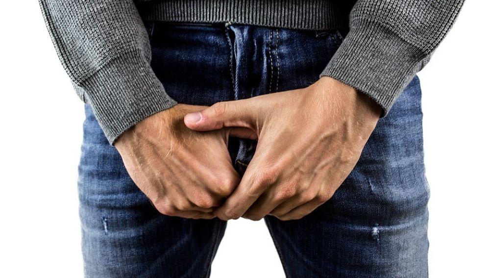 Hombre agarrando sus genitales