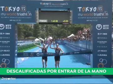 Descalifican a dos triatletas por provocar un empate: llegaron a la meta de la mano