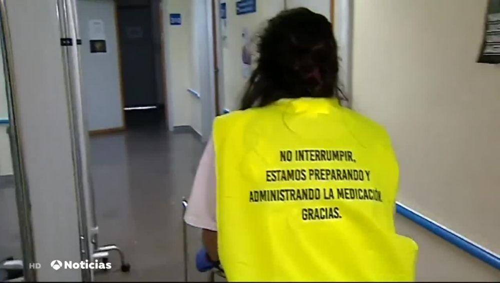 Enfermeros de Valencia visten chalecos especiales para que los familiares de pacientes no les molesten