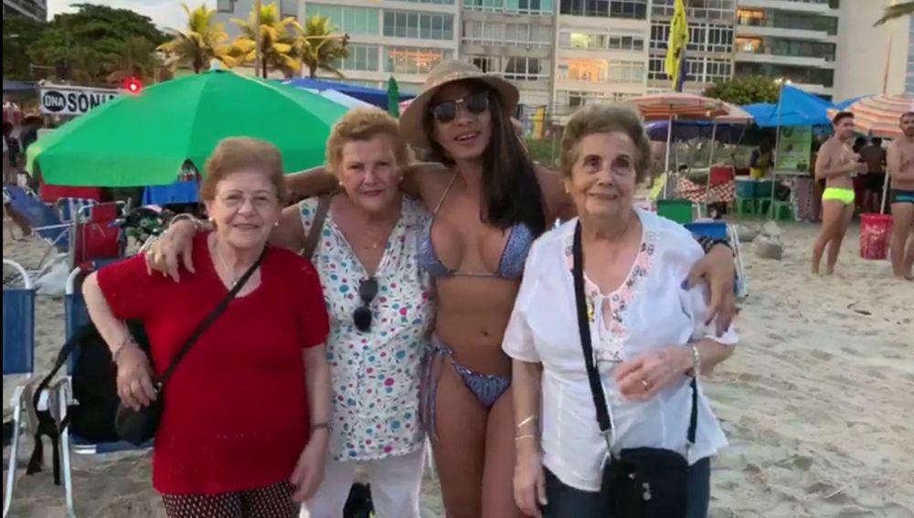 Las chicas aprenden a mover el culo en la playa en 'Por el mundo a los 80'