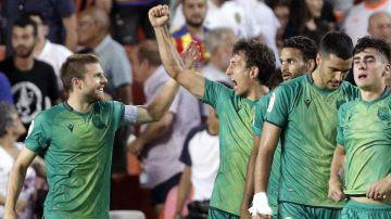 Los jugadores de la Real Sociedad celebran el gol de Oyarzábal