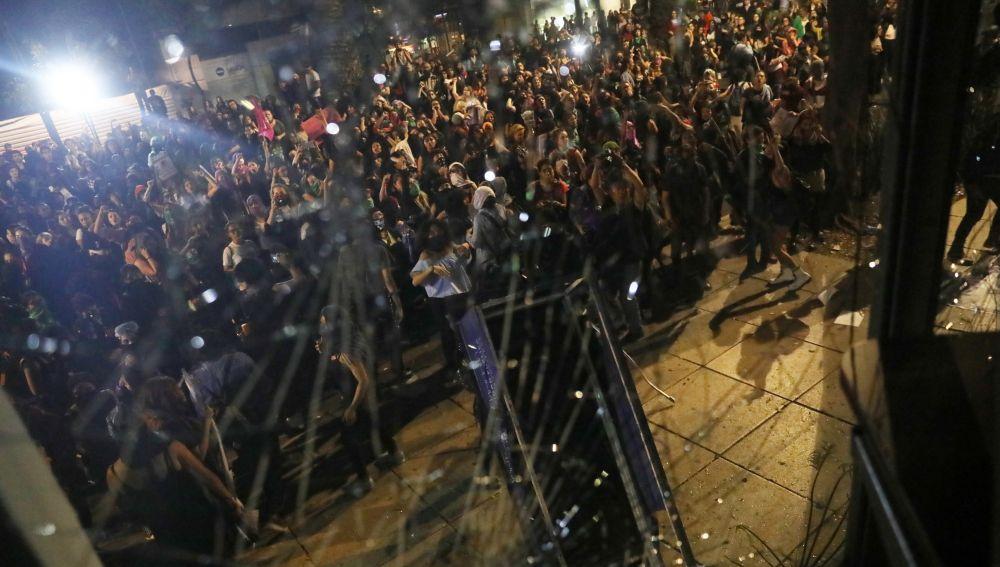 Manifestantes rompen vidrios de un edificio durante una protesta en contra de abusos sexuales