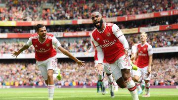Ceballos celebra un gol junto a su compañero Lacazette