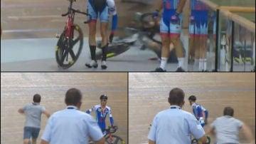 Sale corriendo a por la bicicleta