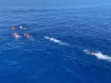 Migrantes del Open Arms se lanzan al mar para alcanzar Lampedusa