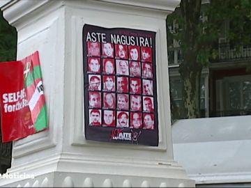 La Ertzaintza retira las fotos de los presos de ETA de una txosna de Bilbao