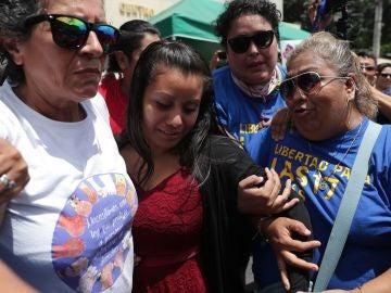 Evelyn Hernández sale de un tribunal tras otra sesión del juicio