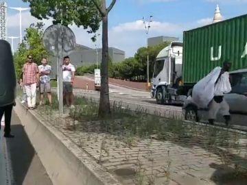 Varios manteros obligan a cortar la Ronda Litoral de Barcelona mientras escapaban de una redada