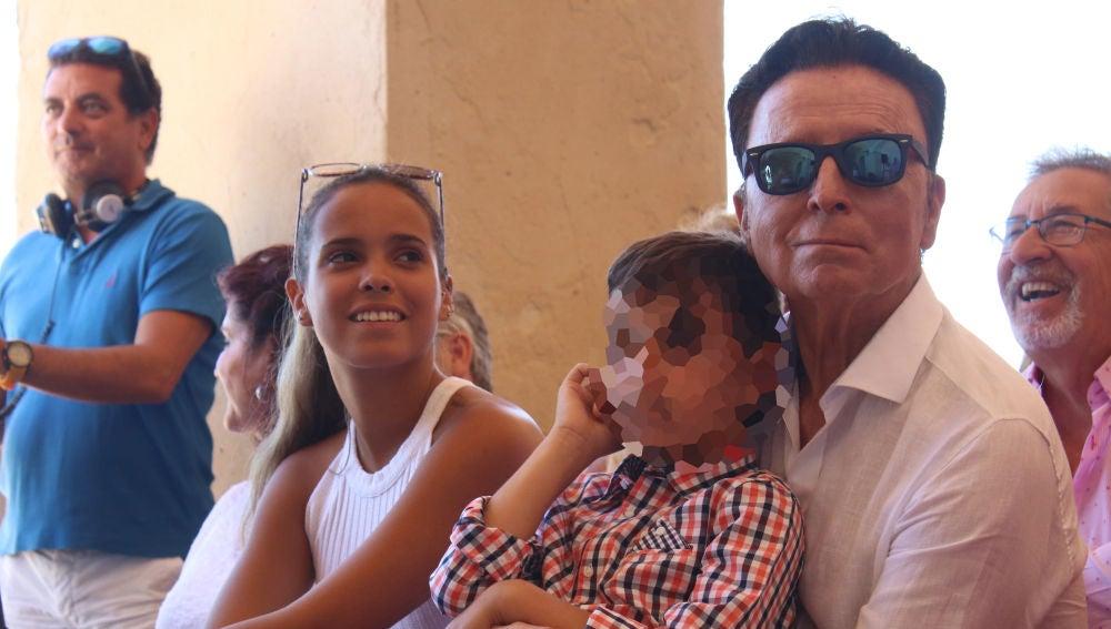 Gloria Camila, junto a su hermano y su padre José Ortega Cano