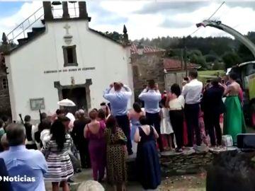 La viral boda gallega: Los novios que en lugar del arroz tradicional, usan una cosechadora