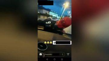 Denuncian a un conductor que se grabó llevando a un joven en el capó de su coche en Ponferrada