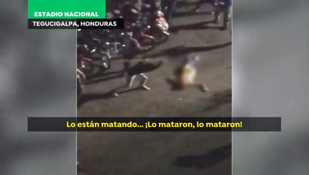 Duras imágenes: matan a golpes en plena calle a dos hinchas en Honduras