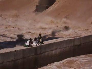 Dos pescadores han sido rescatados tras quedarse atrapados en un puente en construcción sobre el Río Tawi