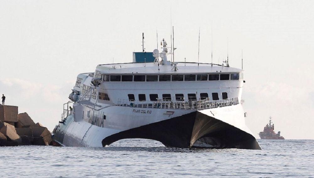 Imagen del ferry encallado en Dènia