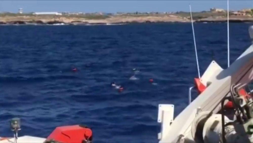 Nueve inmigrantes del Open Arms saltan al mar para llegar a nado a Lampedusa