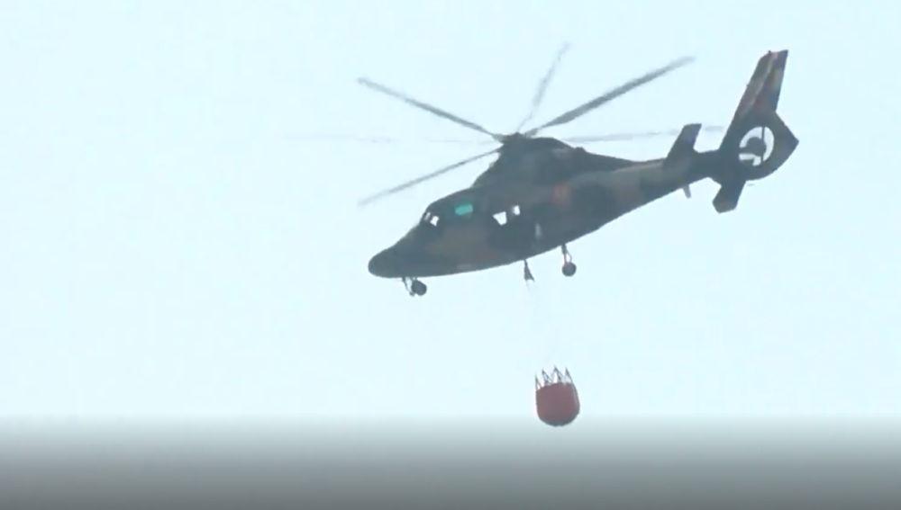 Un helicóptero trabaja en las labores de extinción en el incendio declarado en Bolivia