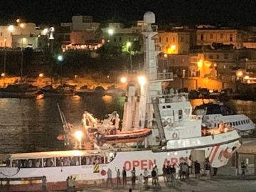 El barco de la ONG Open Arms en el puerto de Lampedusa