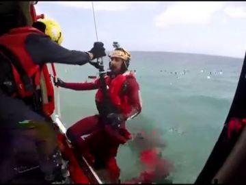 Salvamento Marítimo rescata a tres adolescentes que se lanzaron al agua en Mojácar