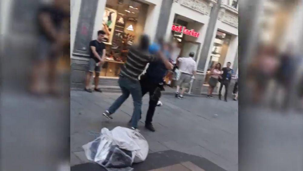 Enfrentamiento entre un mantero y un agente de Policía en pleno centro de Madrid