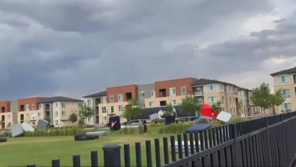 El fuerte viento hace volar decenas de colchones en Denver