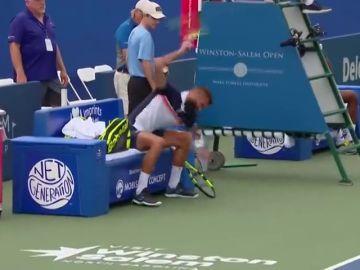 Benoit la lía y rompe la raqueta en pleno partido en Estados Unidos