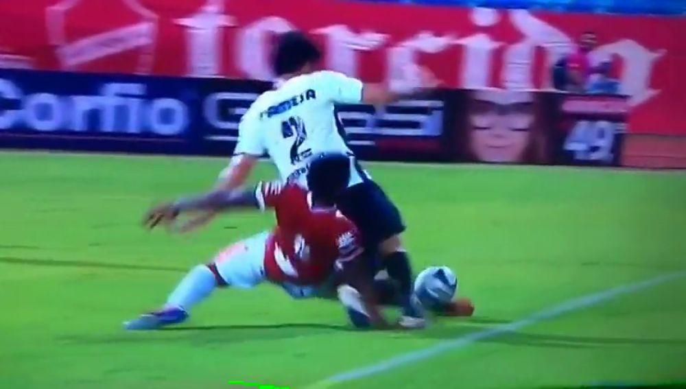 Estremecedora fractura de brazo del brasileño Bruno Mezenga durante un partido