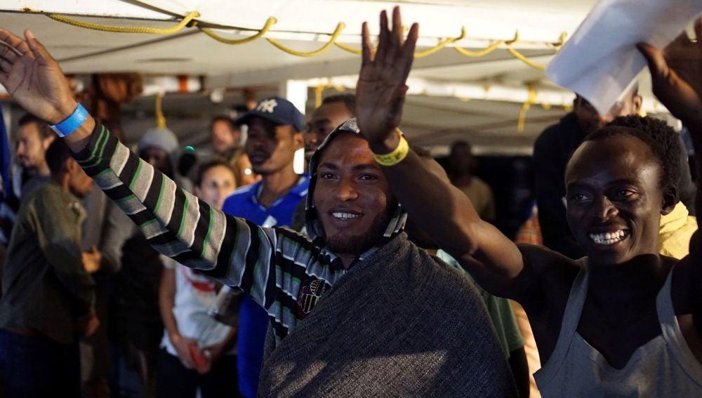 Algunos de los migrantes a bordo del Open Arms momentos antes de desembarcar en Lampedusa