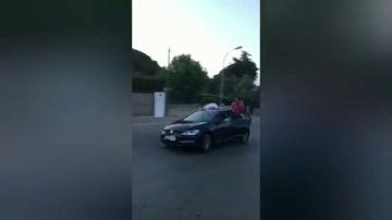 Un joven termina en el hospital después de subirse al techo de un coche en marcha.