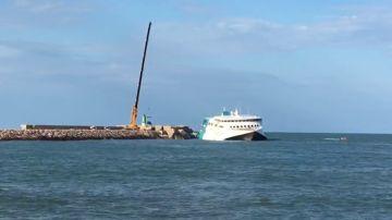 Comienzan a descargar los vehículos del interior del ferry encallado en Denia