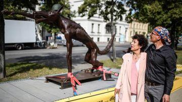 El artista Rainer Opolka y la publicista alemana Lea Rosh posando junto a la estatua que pretende denunciar el avance de la extrema derecha