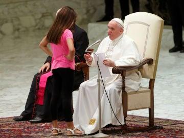 El tierno gesto del Papa Francisco con una niña discapacitada