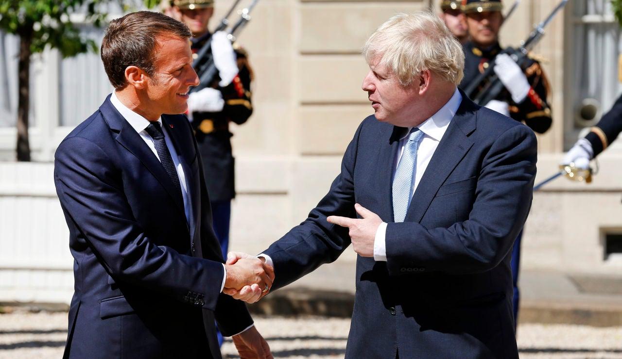 Macron y Johnson se dan la mano en su encuentro en París