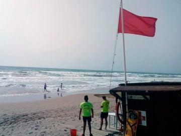Socorristas en una playa de Elche en la que ondea la bandera roja que prohíbe el baño.