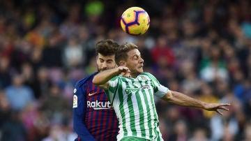 Joaquín y Piqué luchan por un balón