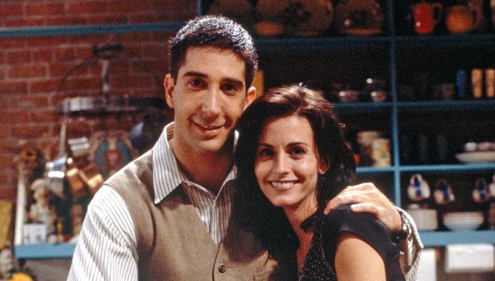 David Schwimmer y Courteney Cox como Ross y Monica en 'Friends'