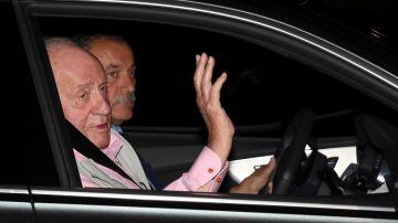 "El rey Juan Carlos ingresa en el hospital: ""Me veréis a la salida"""