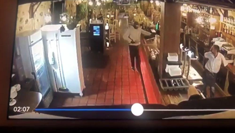 Graban el atraco de un hombre armado con una katana en un restaurante de Tenerife