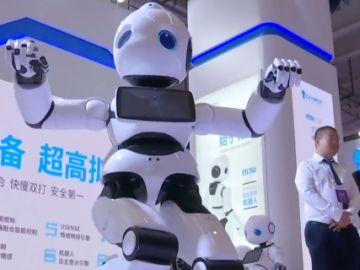 Robot presentado en la Conferencia Mundial de Robots en China