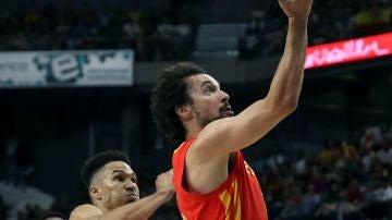 Sergio Llull entra a canasta ante  ante el jugador de la República Dominicana, Mendoza