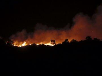 Imagen de las llamas del incendio declarado en la localidad onubense de Almonaster la Real