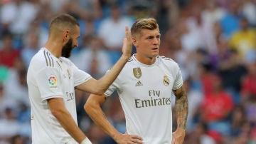 Benzema charla con Kroos durante el partido contra el Valladolid