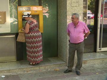 """Los """"acompañantes"""", los voluntarios que acompañan a los ancianos para evitar robos"""