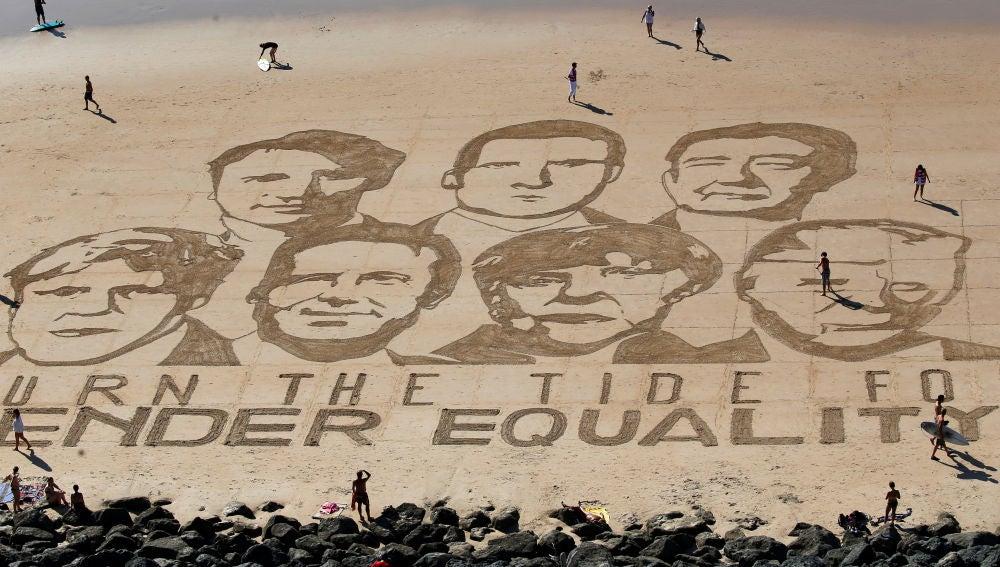 Las caras de los líderes del G7 dibujadas sobre la arena